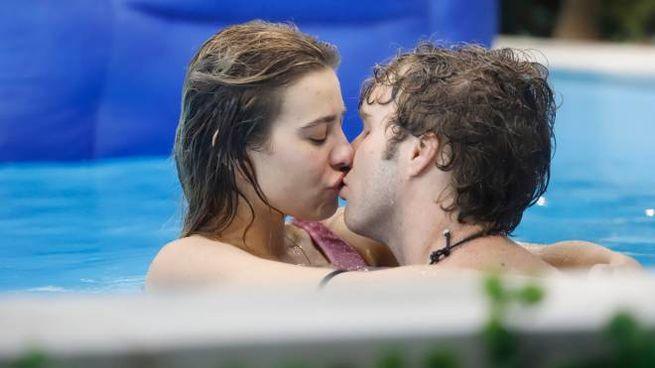 Baci appassionati tra Clizia Incorvaia e Paolo Ciavarro (Ufficio Stampa Mediaset)