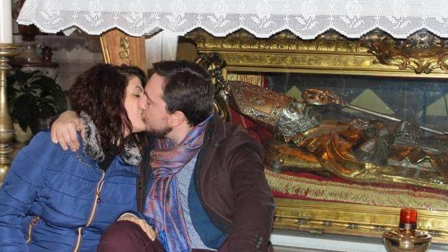 Due innamorati durante la celebrazione per San Valentino 2020 (Pianetafoto)
