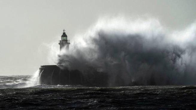 Tempesta atlantica sul Regno Unito (Ansa)