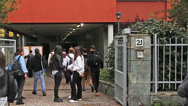 Studenti all'uscita del liceo scientifico Paolo Frisi