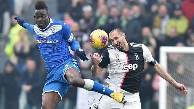 Juve-Brescia, Balotelli e Chiellini in azione (Ansa)