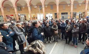 Il sindacalista Fiom Dalle Ave riferisce ai lavoratori l'esito dell'incontro con i sindaci