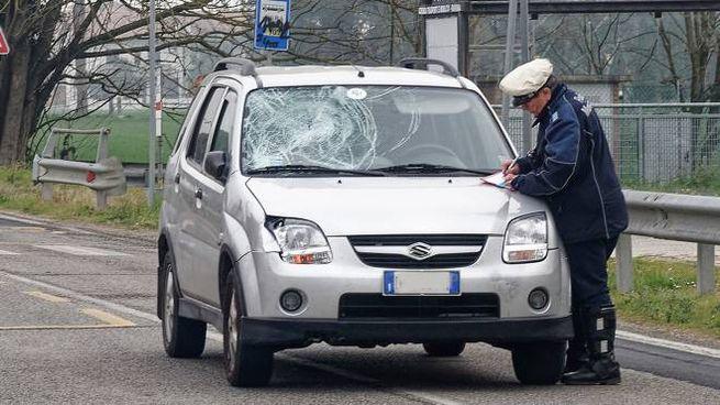 L'auto con il parabrezza danneggiato dall'impatto