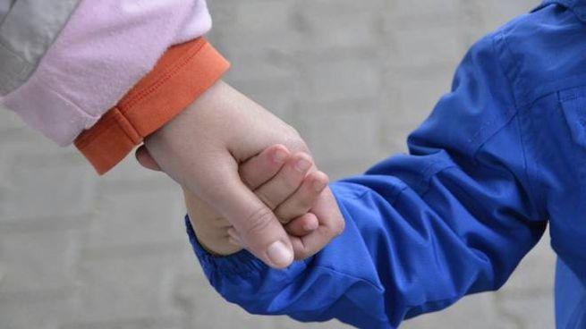 La mano di un bambino in una foto di repertorio (foto Attalmi)