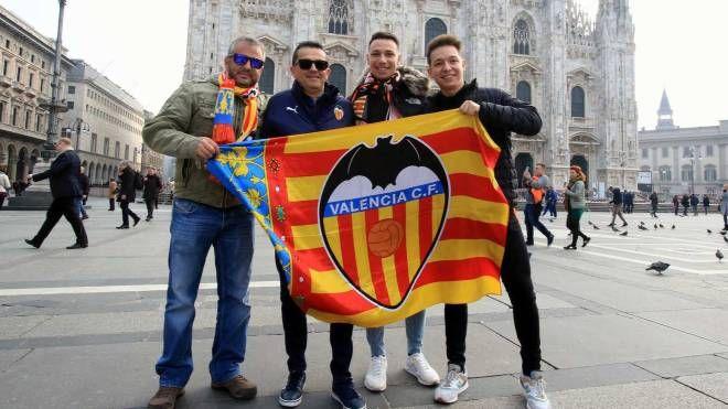 Tifosi del Valencia in Piazza Duomo nel prepartita di Champions