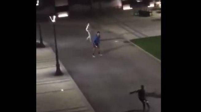 Novak Djokovic improvvisa un doppio serale in strada a Belgrado
