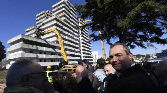 Il sindaco Luigi De Magistris durante la demolizione della Vele Verde a Scampia (Ansa)
