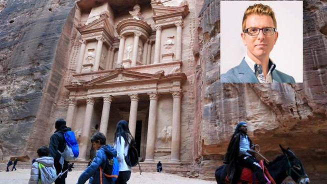 La città di Petra in Giordania. Nel riquadro Alessandro Ghisoni, il 32enne morto (Ansa)