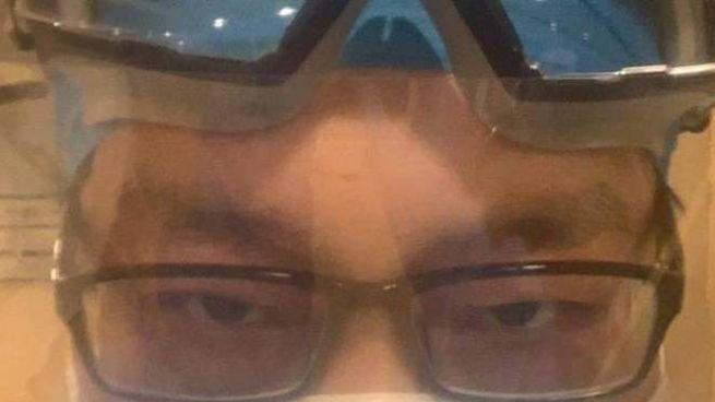 Occhiali, doppia mascherina e copertura per il viso: la clinica della febbre a Pechino