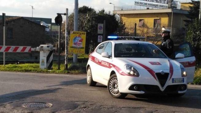 Vigili urbani al passaggio a livello
