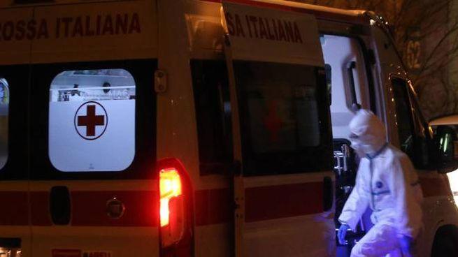 Un'ambulanza davanti all'ospedale Sacco di Milano (Ansa)
