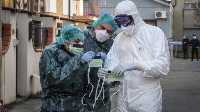 Carabinieri del Nas e personale medico specializzato a Castiglione d'Adda (Ansa)