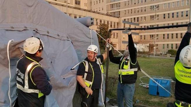 Volontari della Protezione civile davanti all'ospedale di Cremona