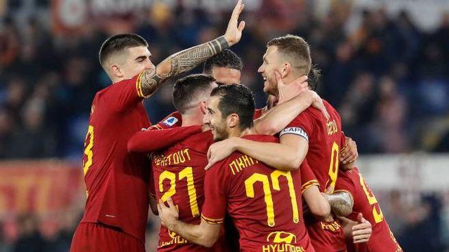 La Roma esulta dopo il gol di Dzeko al Lecce (Ansa)