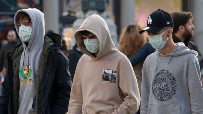 Tre ragazzi con mascherina