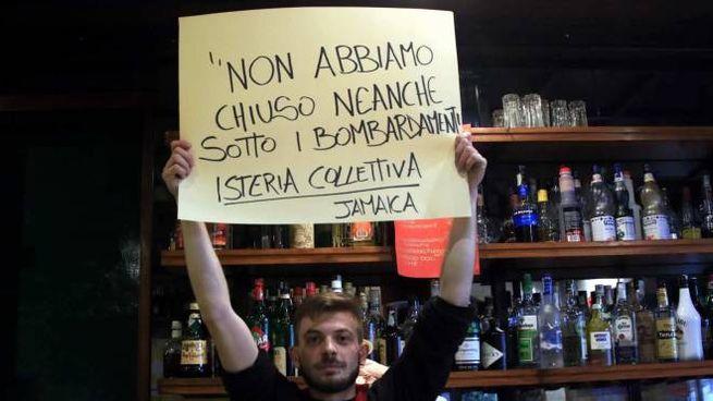 Coronavirus a Milano, la protesta di un locale (Ansa)