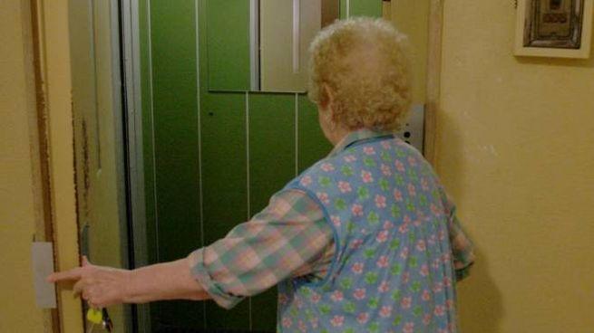 L'anziana ha fatto entrare la truffatrice in casa