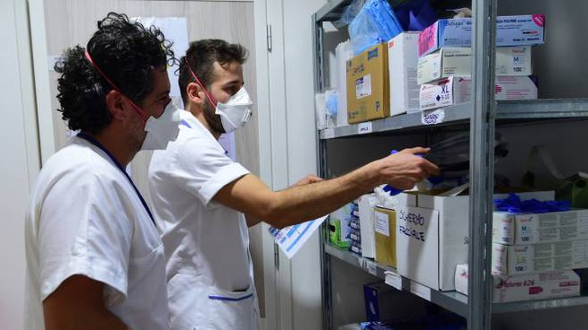Coronavirus, i sanitari protetti da mascherina (FotoSchicchi)