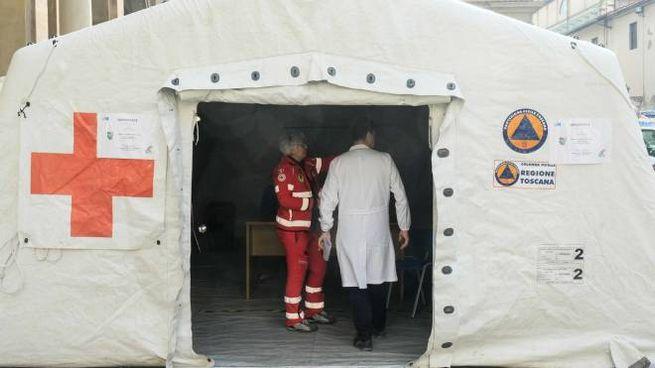La tenda all'esterno dell'ospedale di S. Maria Nuova (foto Cabras/New Press Photo)