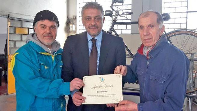 Simone Dalcerri con il sindaco Antonino Nucera e il padre Lino