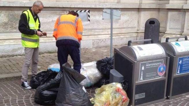 Ravenna, ancora rifiuti abbandonati. Multe in piazza Costa