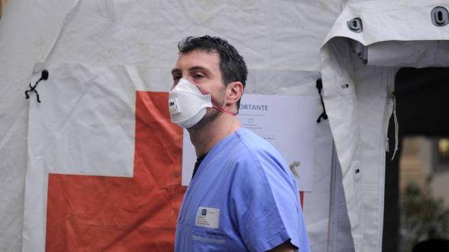 Un infermiere al lavoro con la mascherina
