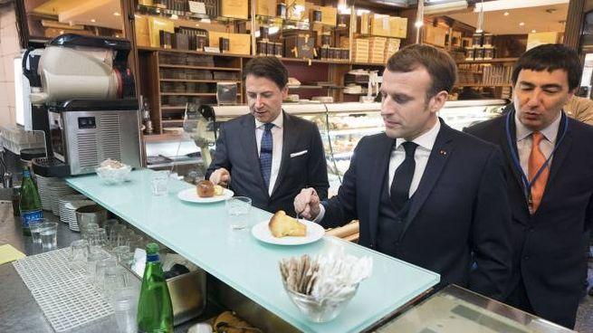 Macron e Conte in un bar a Napoli (Imagoeconomica)