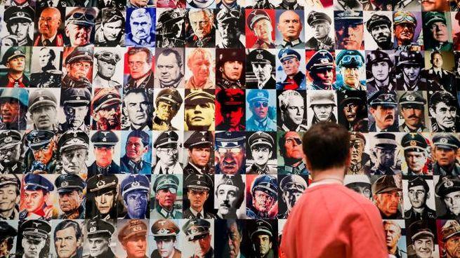 L'immensa parete con i ritratti di Piotr Uklanski degli ufficiali nazisti