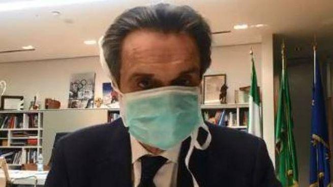 Fontana con la mascherina nel suo ufficio