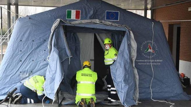 Saranno allestite le tende fuori da nove ospedali della regione