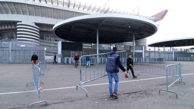 Lo stadio di San Siro chiuso (Ansa)