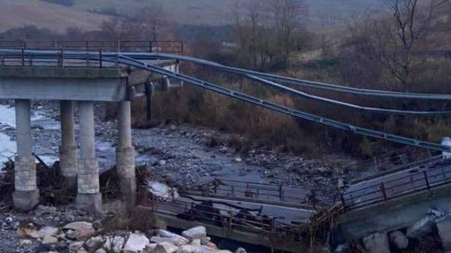 Il ponte crollato (Foto Monte Amiata profilo Facebook)