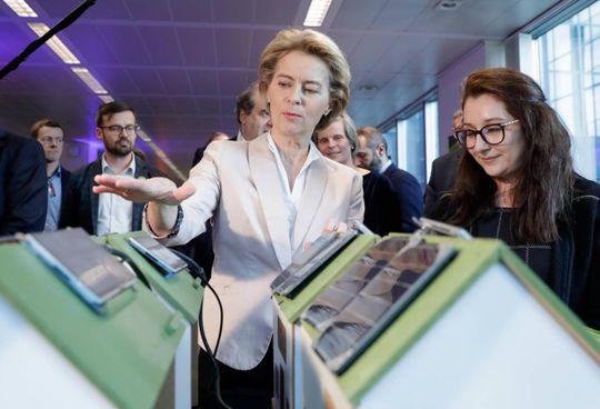 La presidente della Commissione Ue, Ursula Von der Leyen Nel tondo: Mario Nava, direzione generale Stabilità finanziaria dell'Ue
