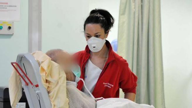 Personale sanitario in servizio al pronto soccorso dell'ospedale di Cona durante l'emergen