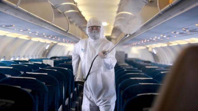 Coroanvirus, sanificazione in un aereo (foto Ansa)