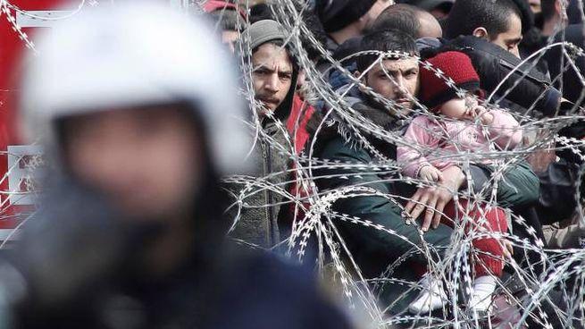 Profughi ammassati al confine greco-turco (Ansa)