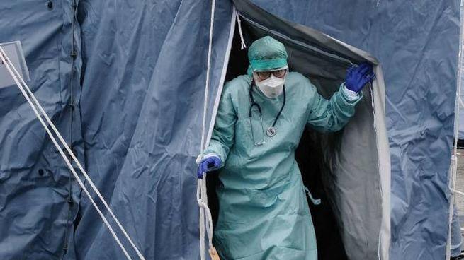 Lotta al coronavirus: infermieri con tute e mascherine(Ansa)