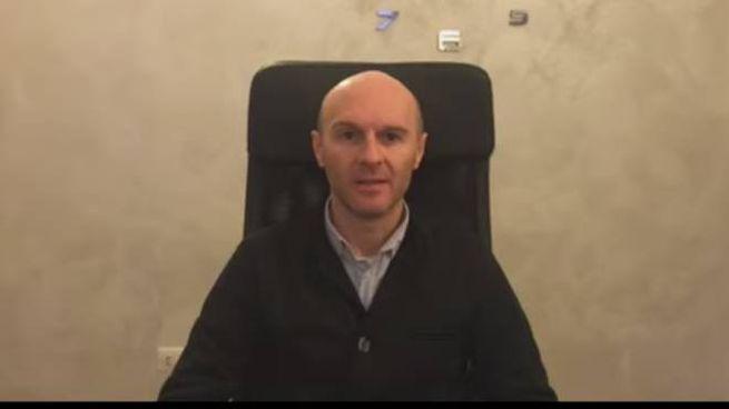 Un fotogramma del video del sindaco di Castiglione, Costantino Pesatori
