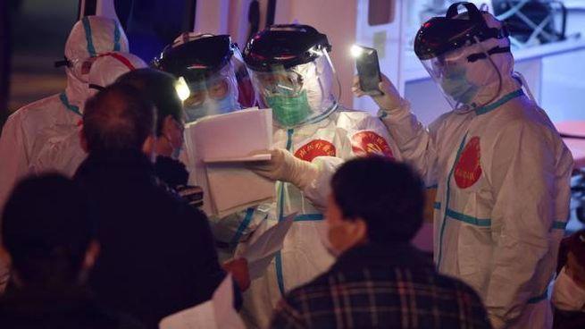 Coronavirus, medici al lavoro a Wuhan (Ansa)