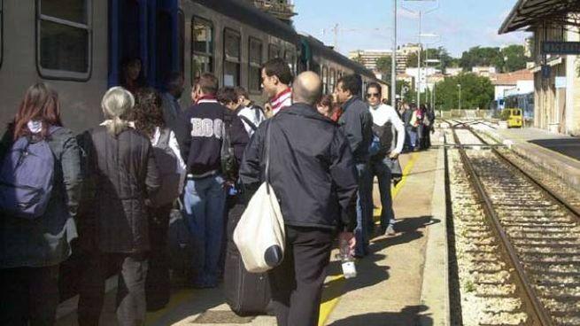 Pendolari alla stazione di Macerata (foto Calavita)