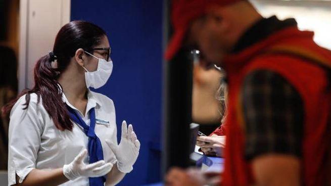 Una donna con mascherina sul luogo di lavoro
