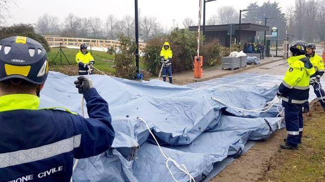 Le tende vengono montate fuori dagli ospedali