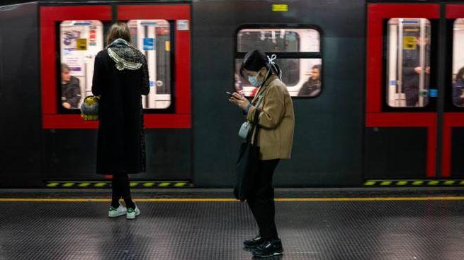 Coronavirus, mascherine in metropolitana a Milano (Ansa)