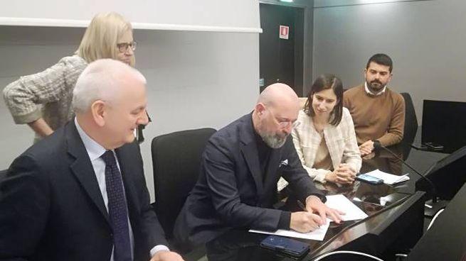 Stefano Bonaccini firma l'accordo per la cassa integrazione in deroga
