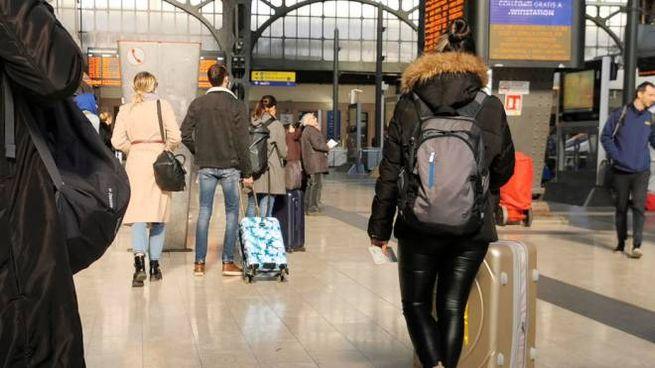 Passeggeri alla stazione centrale di Milano (Ansa)