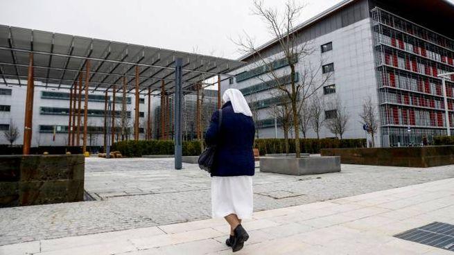 L'esterno dell'ospedale Papa Giovanni XXIII di Bergamo durante l'emergenza coronavirus