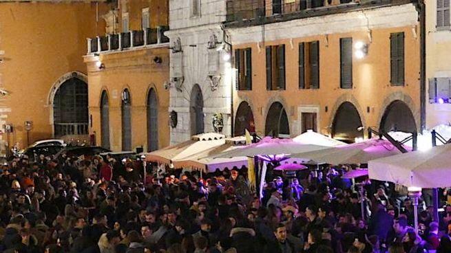 Migliaia di persone sabato sera in piazza del Papa e distanze troppo ravvicinate