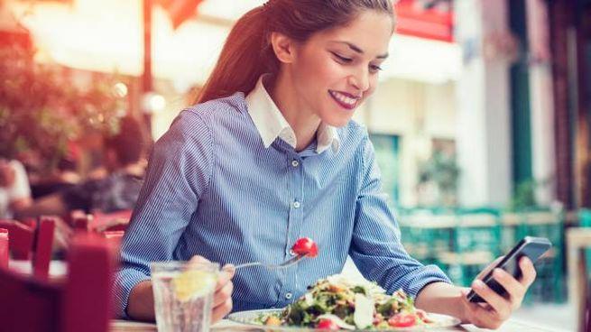 Usare i device digitali ci fa mangiare meno