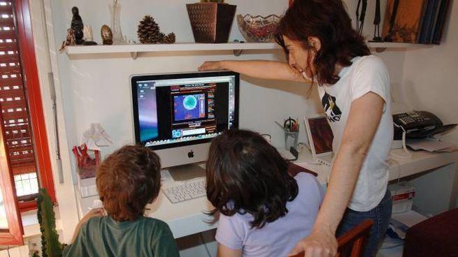 Una mamma in casa con i bambini durante l'emergenza coronavirus