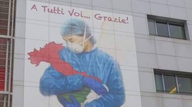 L'immagine campeggia sulla facciata dell'ospedale di Bergamo